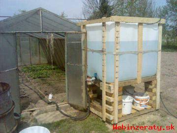 1000-litrová plastová nádrž.