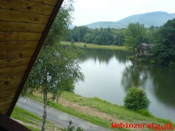 Chata pri jazere v krásnom prostredí